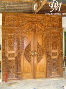 Pintu Rumah Gebyok Ukir Kupu Tarung